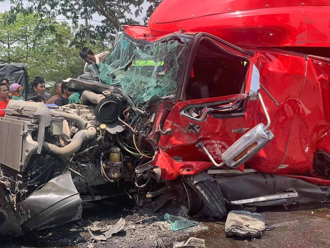 Cuộn thép nặng cả chục tấn bị đứt xích đè nát cabin xe đầu kéo, tài xế tử vong - 1