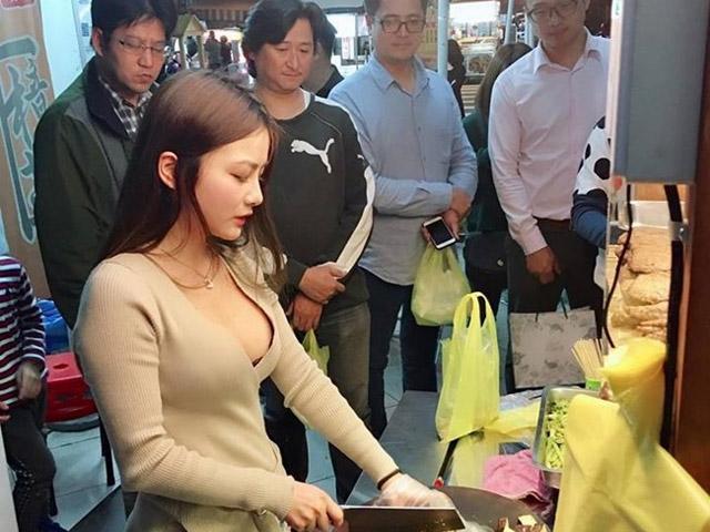 """Những cô gái Trung xinh như mộng bị """"ném đá"""" vì ăn mặc lố lăng khi bán hàng"""