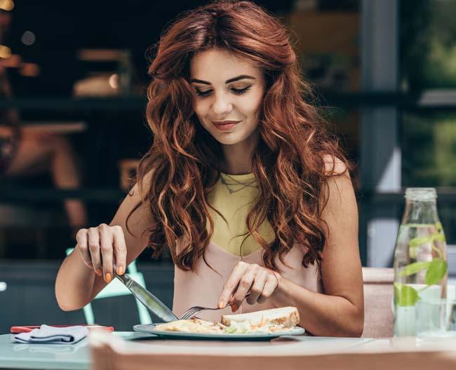 18 quy tắc lịch sự trên bàn ăn không phải ai cũng biết - 1