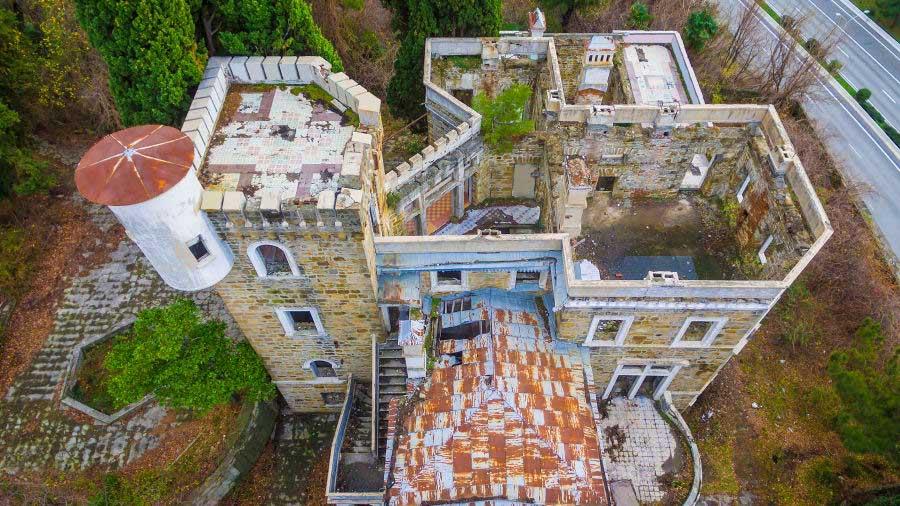 Những bức ảnh hiếm hoi của các cung điện bị bỏ hoang trên khắp thế giới - 1
