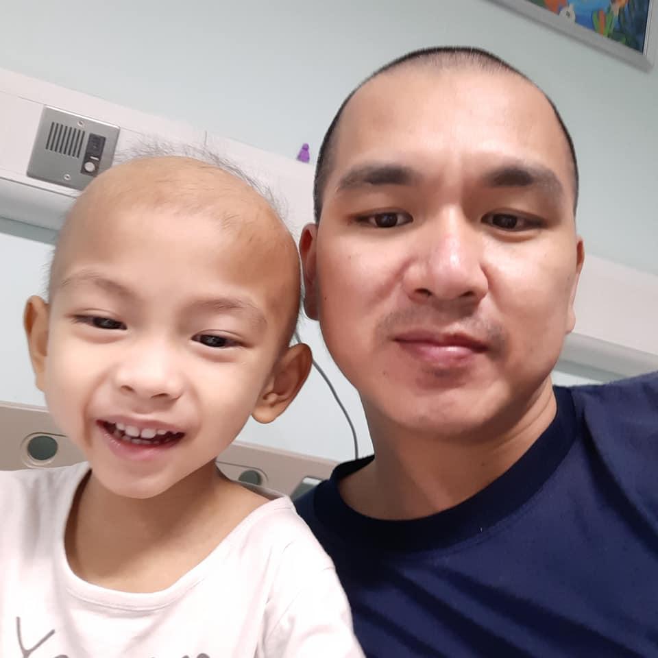 Nhật ký đẫm nước mắt của người bố cạo trọc đầu cùng con chiến đấu ung thư lạ - 1
