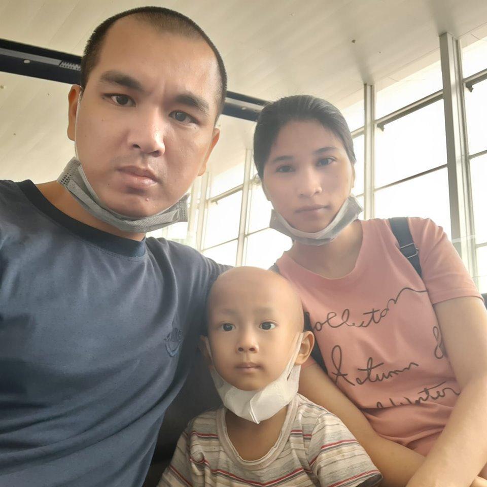Nhật ký đẫm nước mắt của người bố cạo trọc đầu cùng con chiến đấu ung thư lạ - 4