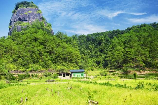Dãy núi Wuyi ở tỉnh Phúc Kiến (Trung Quốc)là một trong những kỳ quan thiên nhiên đẹp nhất ở phía đông nam Trung Quốc và cũng là di sản thế giới được UNESCO công nhận.