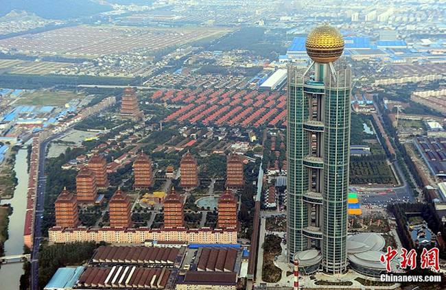 Hoa Tây từng được biết đến là ngôi làng giàu có ở Trung Quốc. Trong làng không chỉ có các biệt thự sang chảnh cho người dân ở mà làng còn xây hẳn một khách sạn cao tầng.