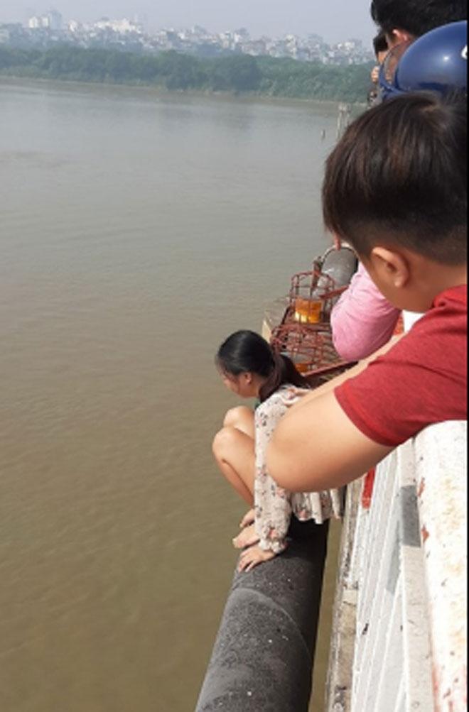 Bỏ lại con nhỏ, người phụ nữ trèo ra lan can cầu Chương Dương khóc gào - 1