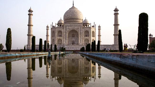 Taj Mahal, Agra, Uttar Pradesh: Lăng mộ bằng đá cẩm thạch ngà được xây dựng vào những năm 1600 bởi hoàng đế Mughal Shah Jahan để tưởng nhớ người vợ thứ 3 của ông, Mumtaz Mahal.