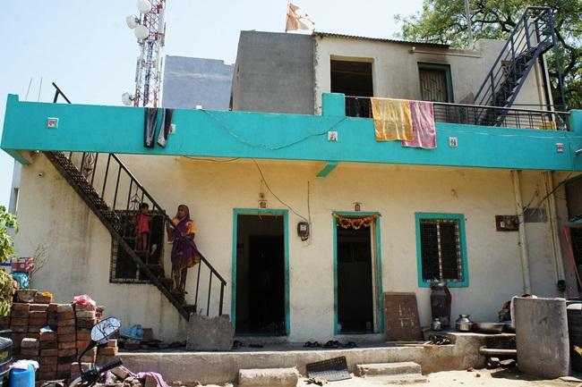 Đây là một ngôi làng nhỏ ở Ahmednagar, Ấn Độ. Nhìn qua nó cũng như biết bao ngôi làng khác, nhưngđiều đặc biệt là các ngôi nhà trong làng đều không có cửa.