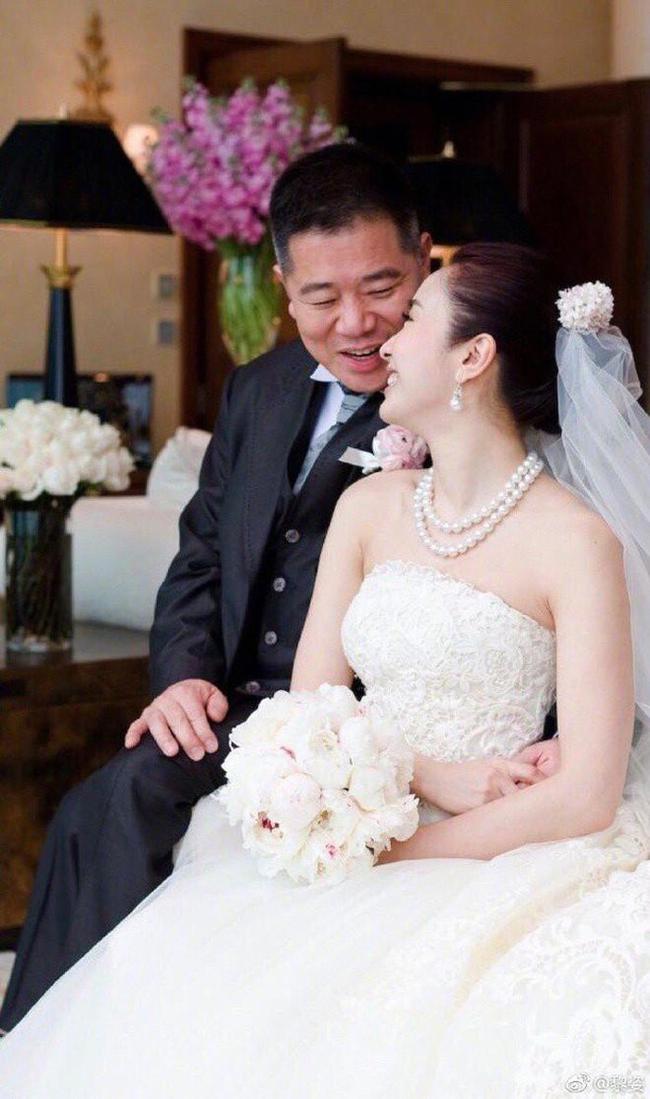 Trái ngược là cuộc đời của nữ diễn viên Lê Tư khi cưới một người chồng tỷ phú.