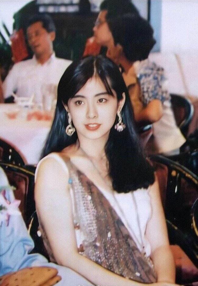 Vương Tổ Hiền được ca tụng như nữ thần nhan sắc. Tuy nhiên, nữ diễn viên lại đa đoan đường tình. Hiện tại ở tuổi 52 nhưng cô vẫn đi về lẻ bóng sau 2 cuộc tình tan vỡ.