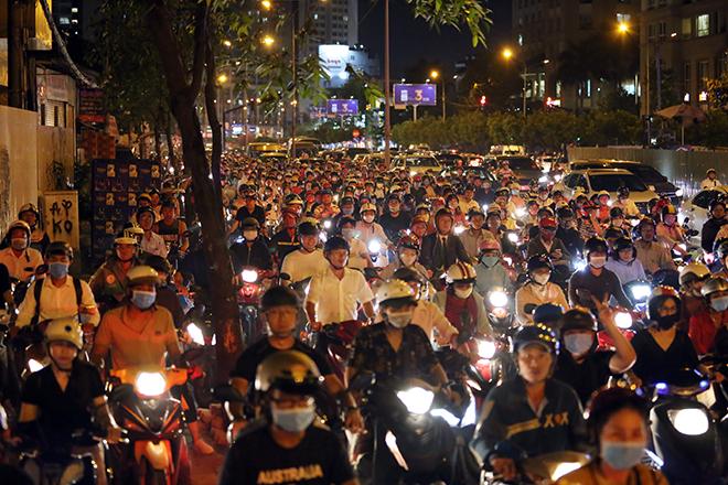 Kẹt xe khủng khiếp tối đầu tuần, người Sài Gòn bơ phờ trở về nhà - 1