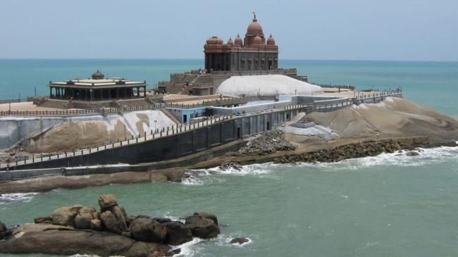 Kanyakumari, Tamil Nadu: Picturesque Kanyakumari - Đây là Đài tưởng niệm đá Vivekananda, nằm ngoài khơi trên một hòn đảo nhỏ để tưởng nhớ thánh Swami Vivekananda.