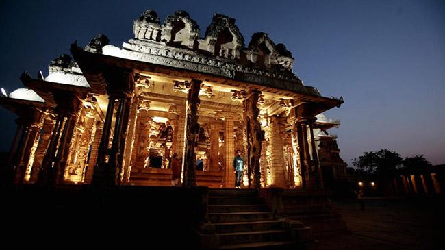 Hampi, Karnataka: Những tàn tích cuối cùng của Đế chế Vijayanagara vĩ đại cho đến nay vẫn là một điểm du lịch hấp dẫn. Trở thành di sản thế giới của UNESCO vào năm 1986, khu phức hợp này có hơn 1.600 hài cốt.