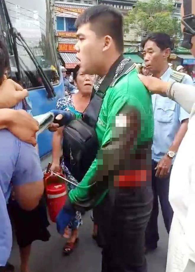 Sau va chạm giao thông, tài xế xe buýt đâm tài xế GrabBike - 1
