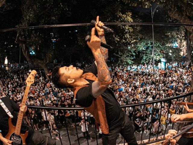 Hàng nghìn khán giả kéo tới trước nhà phố cổ của Tuấn Hưng