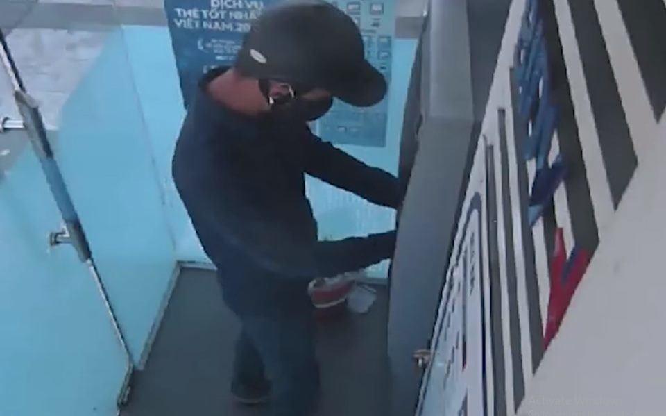 Truy tìm hai đối tượng bịt mặt lắp thiết bị ăn cắp thông tin tại cây ATM - 1