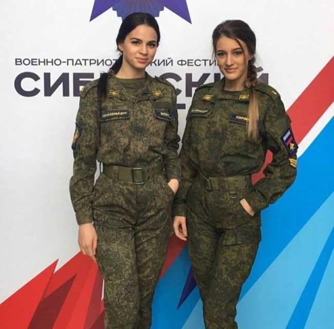 Những bộ quân phục vừa như in, vừa khỏe khoắn nhưng vẫn tôn được vóc dáng mảnh mai, cao ráo của các cô gái Nga.
