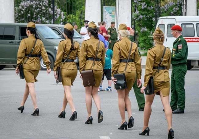 Dù nhìn từ đằng trước hay đằng sau, quân phục của các nữ quân nhân Nga cũng vô cùng vừa vặn, tôn dáng.