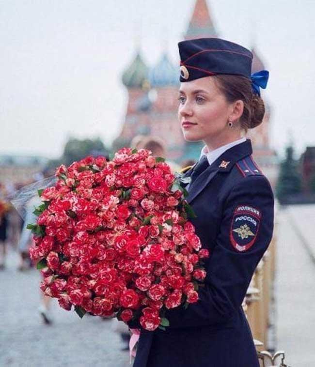 Phụ nữ Nga nổi tiếng sở hữu sắc vóc kiều diễm, nhưng đến cả các nữ quân nhân cũng đẹp như từ trong tranh bước ra thì quả thật khiến người ta không thể không trầm trồ.