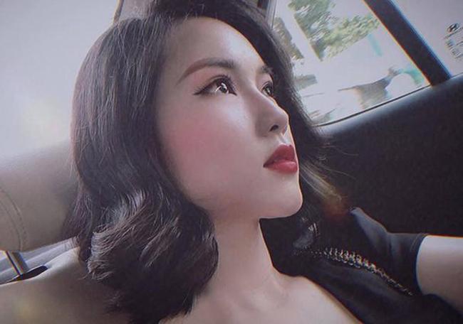 Khánh Linh chuộng gu trang điểm sắc sảo, cổ điển và cá tính.