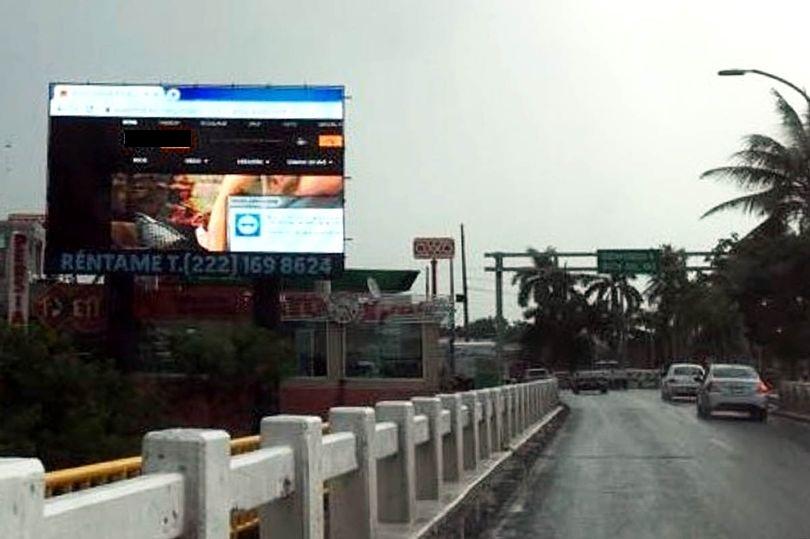 Bảng quảng cáo hiện phim khiêu dâm gây hỗn loạn ở Mexico - 1