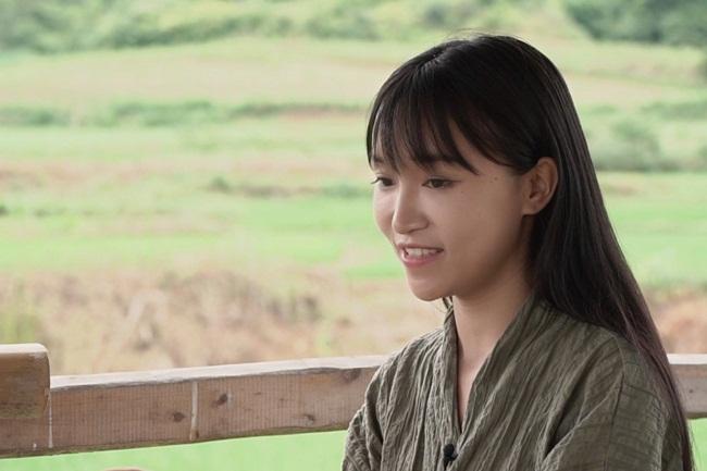 Lý Tử Thất là cô gái người Trung Quốc nhưng không mấy xa lạ với dân mạng Việt Nam qua các clip nấu ăn hấp dẫn, mộc mạc và đơn giản.Cô gái này có hơn 58 triệu fan trên cả Weibo và Youtube.