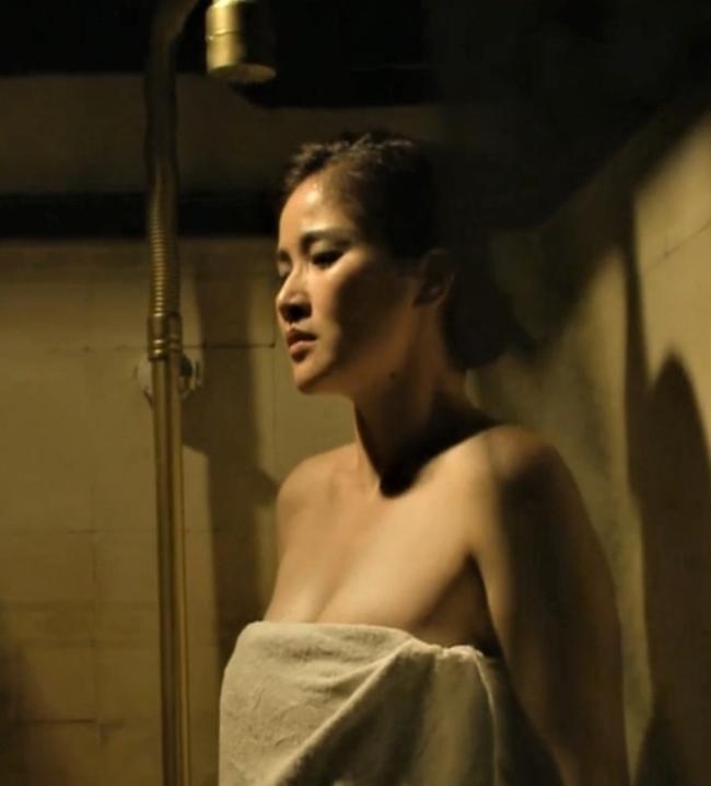 """Huỳnh Thảo Trang - vợ cũ cầu thủ Phan Thanh Bình là cái tên đang thu hút sự chú ý của khán giả khi đảm nhận vai vợ hai của cậu Ba Khải Duy (Cao Minh Đạt) trong phim """"Tiếng sét trong mưa"""". Cảnh tắm của Hạnh Nhi (Thảo Trang) trong tập 25 gây ấn tượng mạnh với người hâm mộ khi nữ diễn viên chỉ quấn hờ khăn tắm, khoe thềm ngực đầy và làn da trắng nõn nhưng đáp lại cô là thái độ dửng dưng của chồng."""