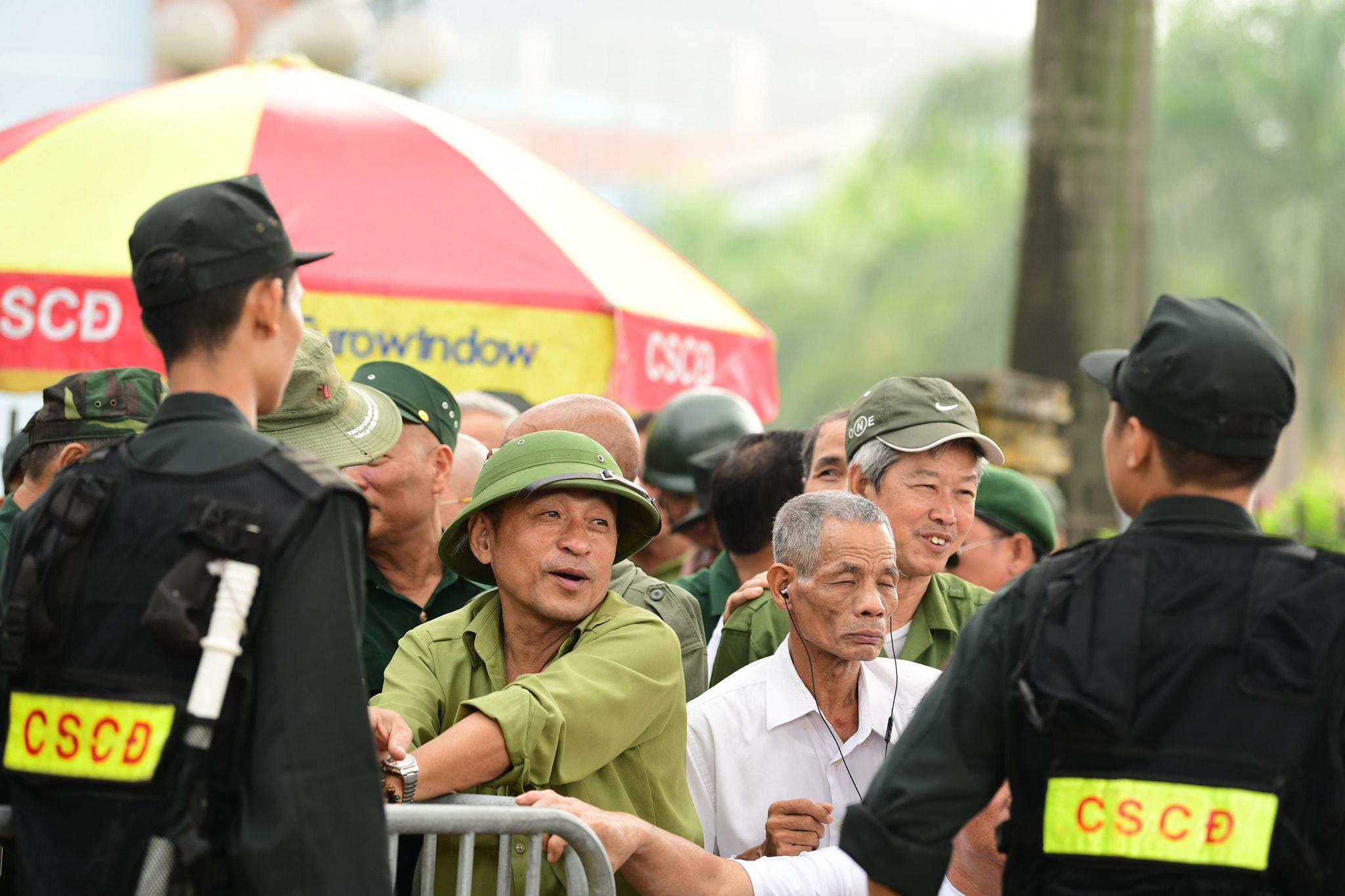 Nhiều người xưng thương binh phản ứng dữ dội trước cổng VFF vì... không mua được vé - 1