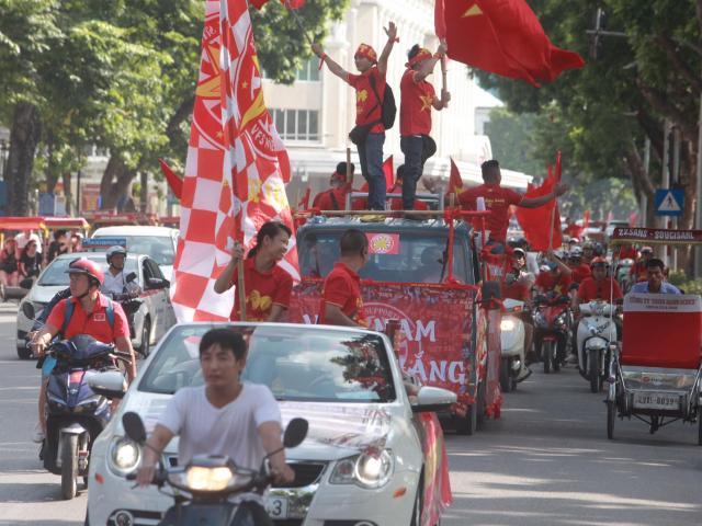 """Cờ Tổ quốc """"nhuộm đỏ"""" phố, nghìn CĐV hô vang """"Việt Nam chiến thắng"""""""