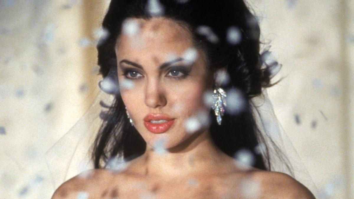 Angelina Jolie thừa nhận bị tổn thương, mất phương hướng sau chia tay Brad Pitt - 1