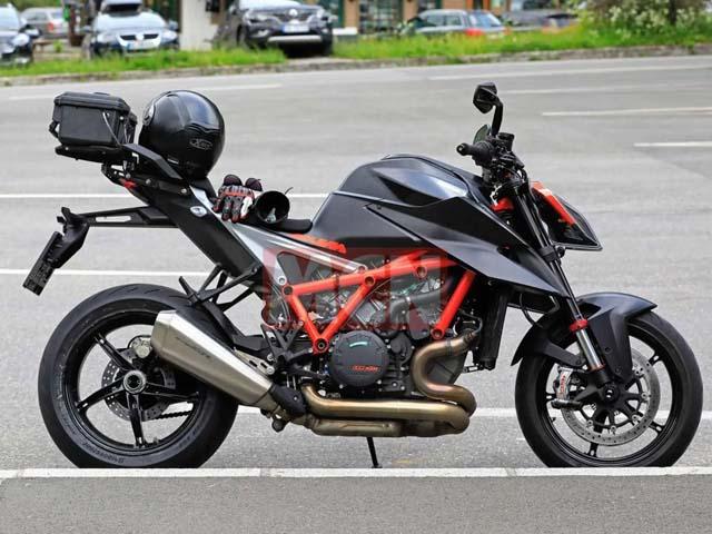"""""""Yêu quái"""" 1290 Super Duke R 2020 lộ diện: """"Quỷ đỏ"""" Ducati Streetfighter V4 có sợ hãi?"""