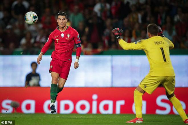 """Ronaldo tỏa sáng áp sát cột mốc 700 bàn, cho Messi """"hít khói"""" kỷ lục - 1"""