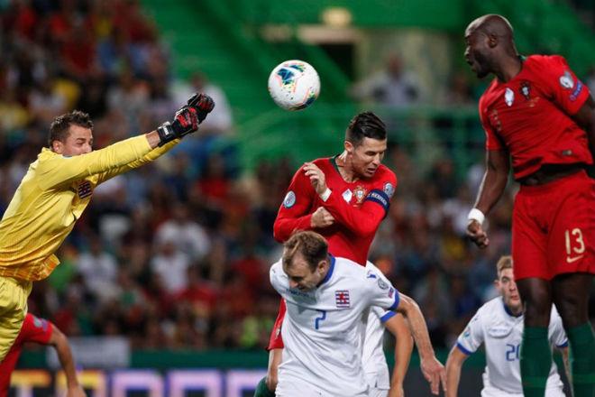 """Video highlight trận Bồ Đào Nha - Luxembourg: Ronaldo rực rỡ mở hội ở """"mái nhà xưa"""" - 1"""