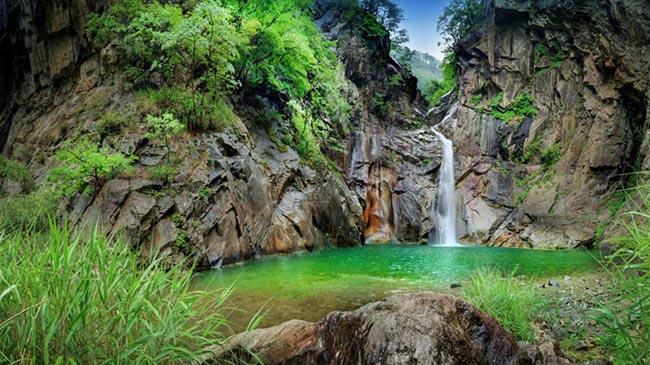 Thác Sambuyeon: Truyền thuyết kể rằng một con rồng đã từng bay ra từ thác nước cao 20 m nằm ở tỉnh Gangwon này.
