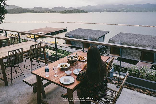 10.View từ chỗ ăn uống nhìn rất đẹp và thoải mái.