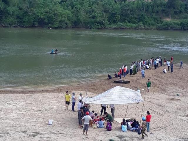 """Trắng đêm tìm con, người thân """"chết đứng"""" thấy 3 thi thể học sinh dưới sông"""