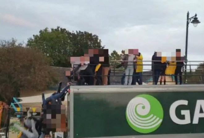 Kinh hoàng: Đội bóng ăn mừng gặp nạn, người rơi ào ào khỏi xe buýt - 1