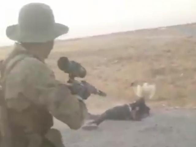 Rùng mình cảnh phiến quân thân Thổ Nhĩ Kỳ hành quyết tù binh người Kurd ngay giữa đường