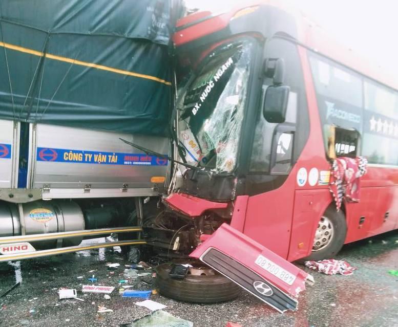 Xe tải nát bét sau cú đấu đầu xe khách, 1 người chết, hàng chục người bị thương - 1