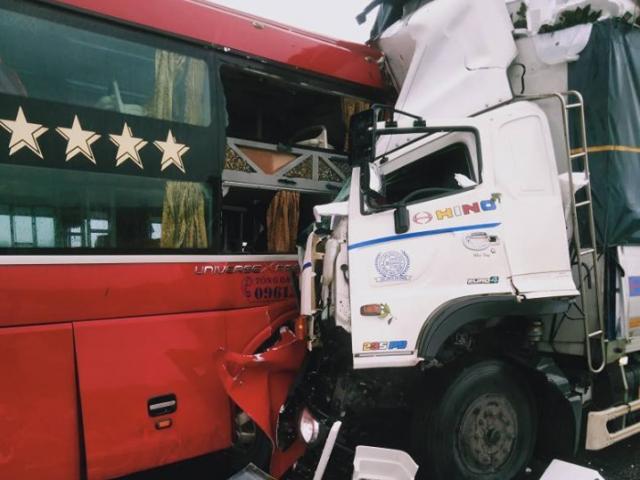 Xe tải nát bét sau cú đấu đầu xe khách, 1 người chết, hàng chục người bị thương