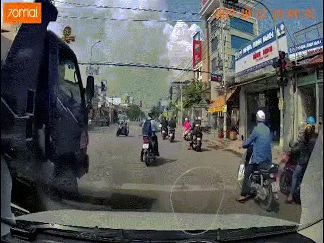 Phát hoảng với clip xe tải chèn ép, suýt đâm vào thanh niên chạy xe máy trên phố
