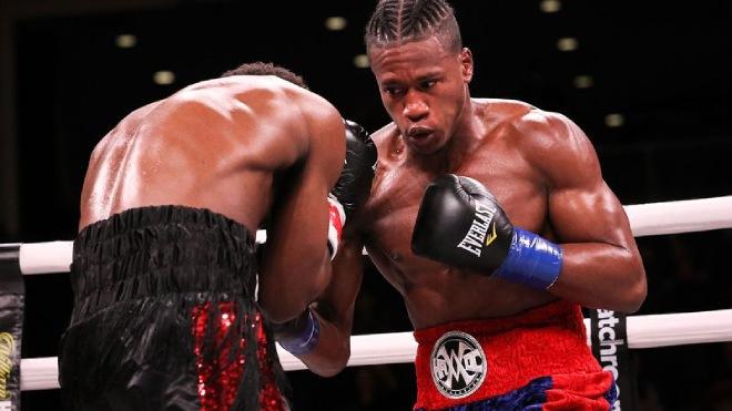 Nguy hiểm boxing: Hứng trọn cú móc hàm, võ sĩ co giật đi viện khẩn cấp - 1