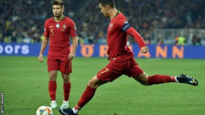 """Ronaldo tròn 700 bàn: Tranh cãi mốc kỷ lục, Barca là """"con mồi"""" ưa thích - 1"""