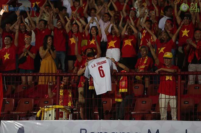 Trực tiếp fan cuồng nhiệt cổ vũ trận Indonesia - Việt Nam: Fan Việt tri ân Xuân Trường - 1