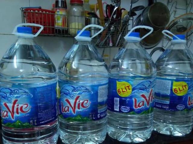 """Nước sông Đà nhiễm dầu thải: """"Cháy"""" bình nước lọc to, dân Hà Nội gom từng chai nhỏ"""