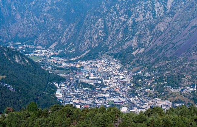 Andorra là một quốc gia nhỏ bé ở châu Âu. Đất nước này chỉ có diện tích 468km2.