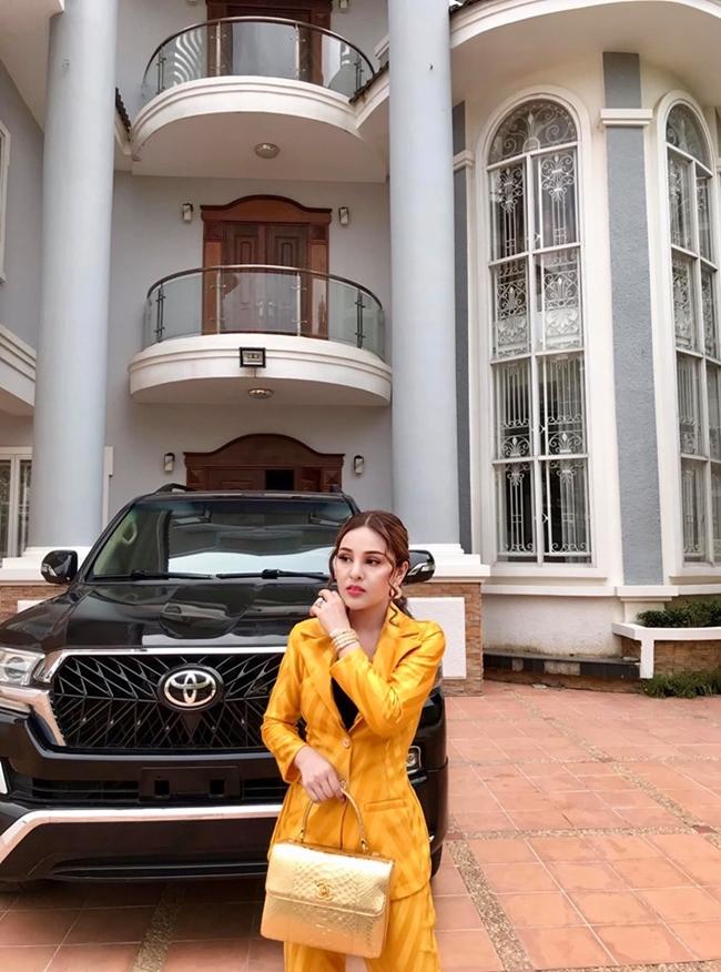 Bù lại Kwan thường chia sẻ cuộc sống giàu có. Trong ảnh là chân dài 9X chụp bên siêu xe và biệt thự của mình. Trả lời phỏng vấn trên tờ Khmerload, nữ diễn viên từng dính lệnh cấm cho biết, cô tự hào vì có thể mua được xe hơi hạng sang từ khoản tiền do chính cô kiếm ra.