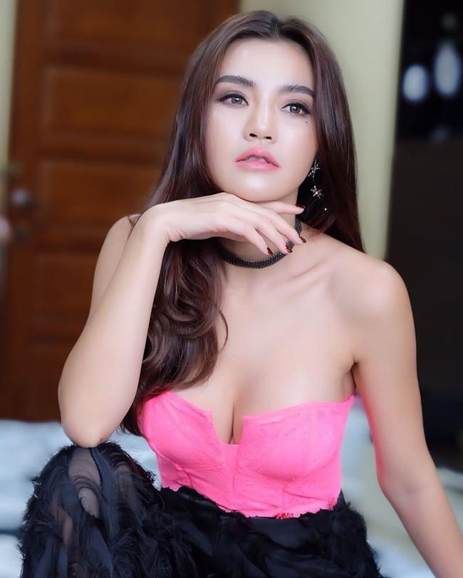 Cherry Ladapa là người mẫu kiêm diễn viên được nhiều người biết đến ở Thái Lan với phong cách gợi cảm. Tháng 4.2017, chân dài 9X từng bị Bộ Văn hóa Thái Lan phạt 3000 bạt (2 triệu đồng) vì ăn mặc quá táo bạo khi xuất hiện tại sự kiện Motor Quốc tế.