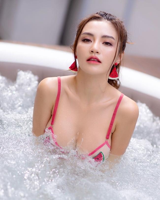 Tuy nhiên, trong các bộ ảnh áo tắm hay nội y, chân dài 9X lại biến hóa ngược 180 độ và chú tâm vào các biểu cảm sexy.