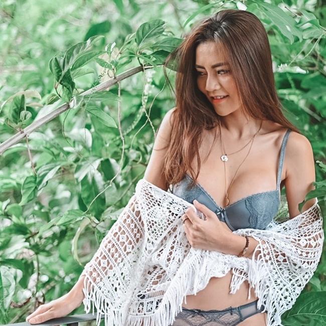Cô cũng là người mẫu được nhận xét là chăm chỉ khoe ảnh gợi cảm bậc nhất ở xứ sở chùa Vàng.