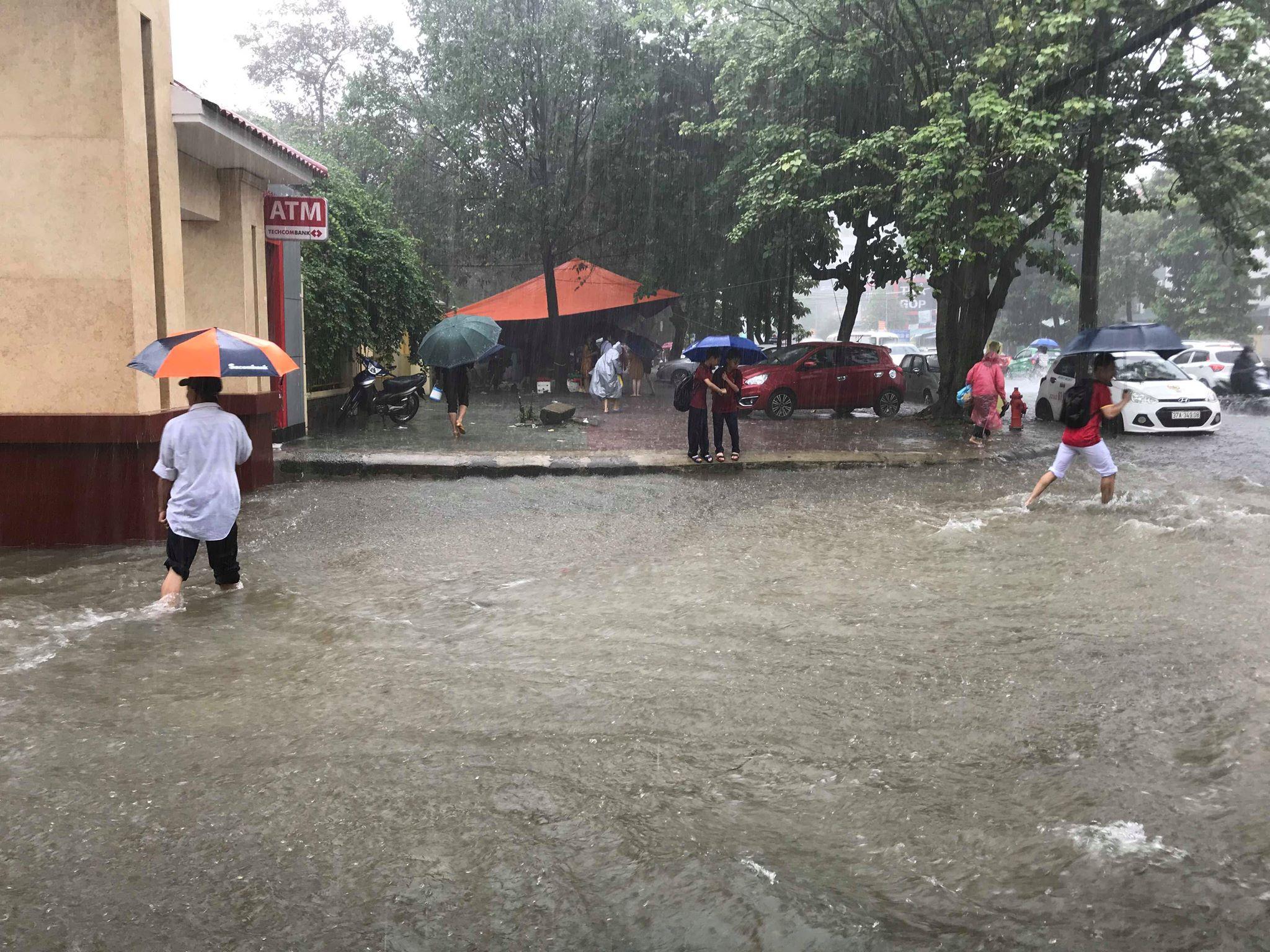 """Mưa trắng trời, TP Vinh """"biến"""" thành sông, học sinh lội nước ngang bụng về nhà - 1"""